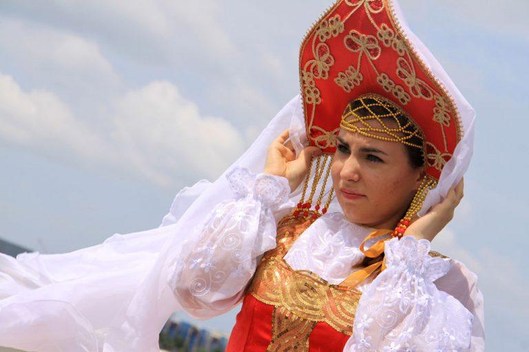 Девушка в русском кокошнике