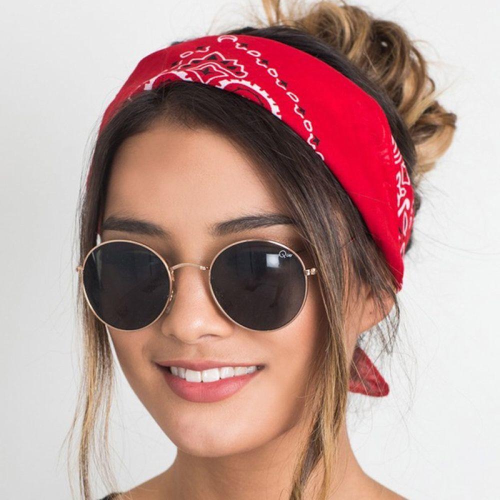 Девушка с повязкой на голове