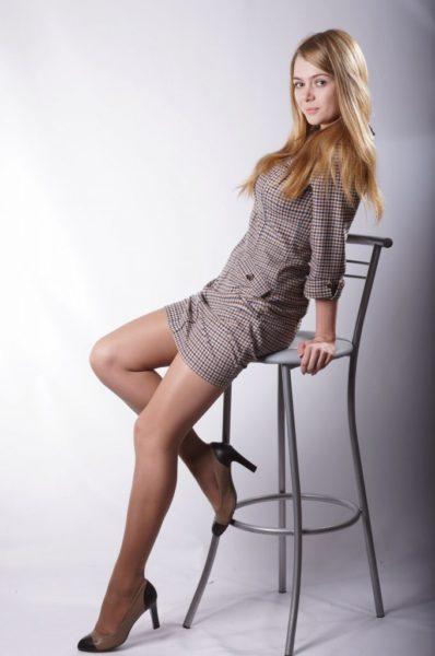 Female-models-in-tan-pantyhose-23-680x1024-1-398x600