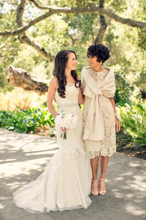 Idealnoe-plate-na-svadbu-dlya-mamy-nevesty