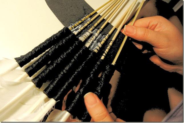 1-Perya-krepyatsya-na-podgotovlennoj-ramke