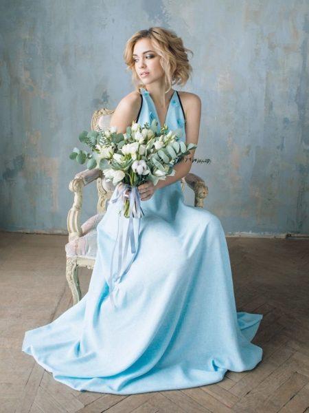 Blondinka-v-nezhno-golubom-plate-450x600