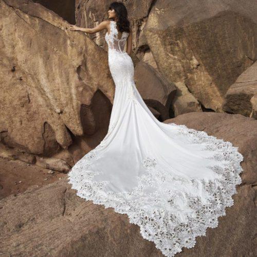 Krasivoe-svadebnoe-plate-so-shlejfom-768x768-1-500x500
