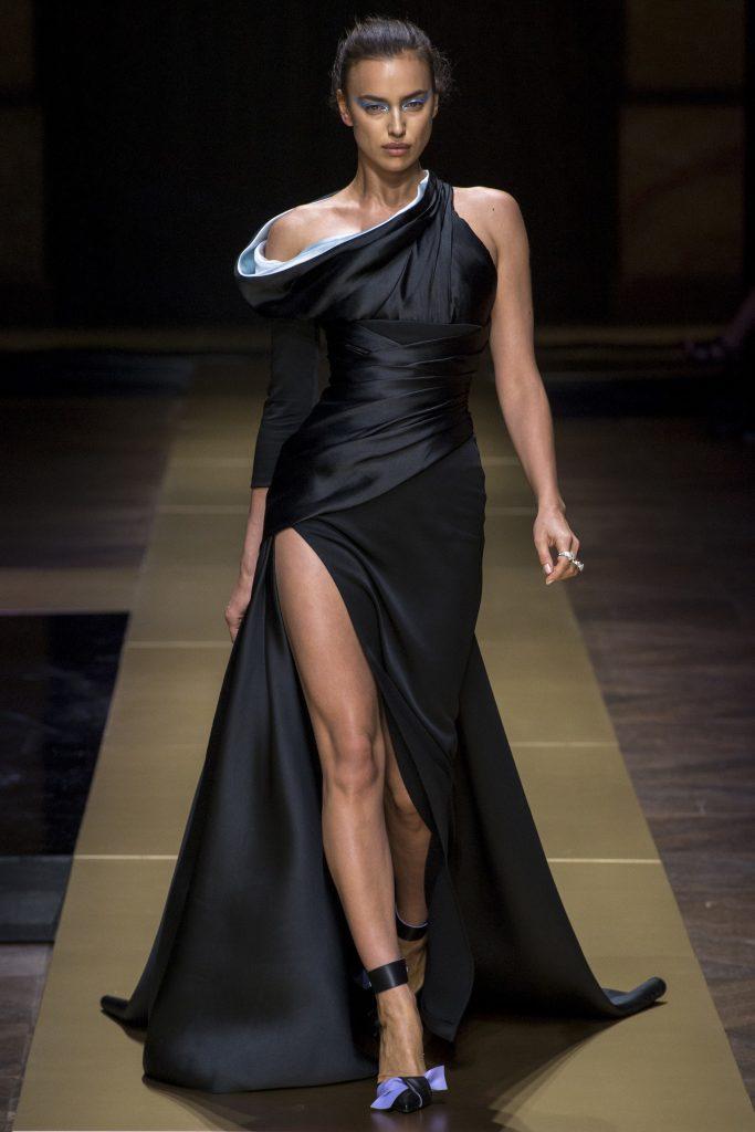 Model-v-chernom-dlinnom-plate-s-razrezom-na-pokaze-Versace-683x1024-1