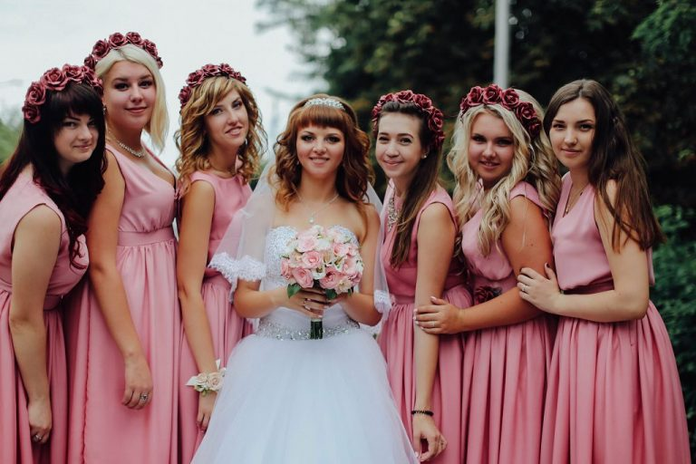 Plate-na-svadbu-dlya-podruzhki-nevesty-768x512-1