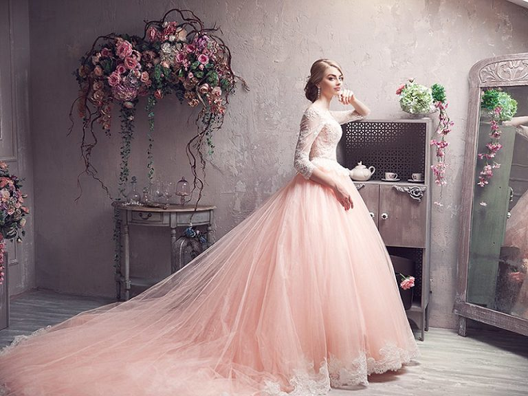 Rozovoe-svadebnoe-plate-768x576-1