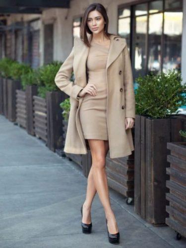 S-bezhevym-palto-375x500