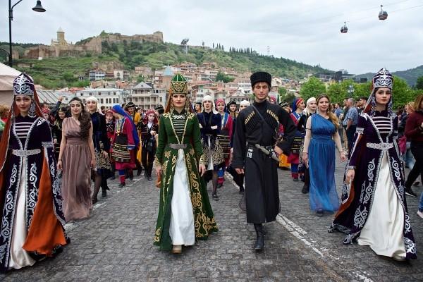 prazdnichnaja-gruzinskaja-odezhda-2